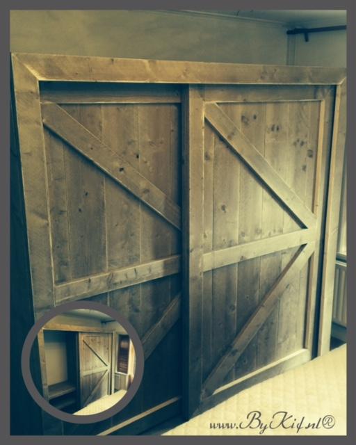 Kledingkast met loftdeuren van steigerhout