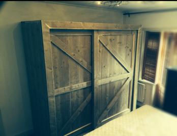 kast met barndeuren van steigerhout