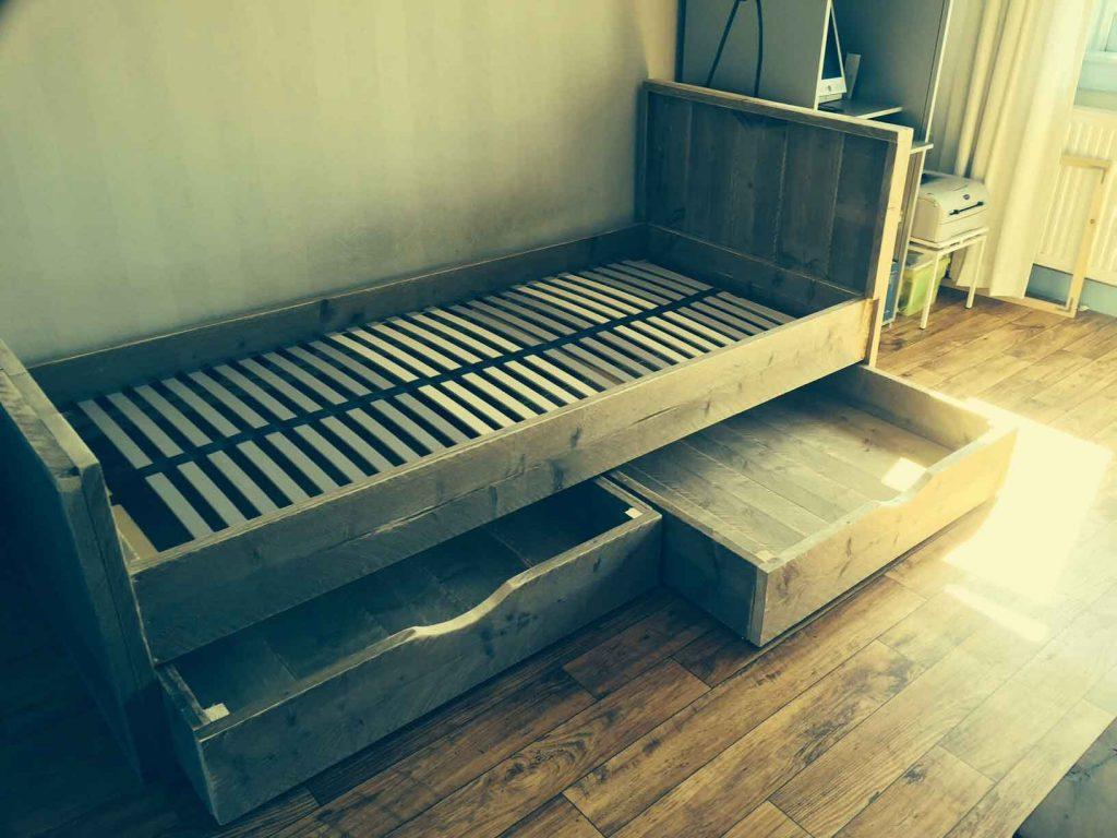 Eenpersoonsbed-van-steigerhout-met-twee-onderschhuifladen