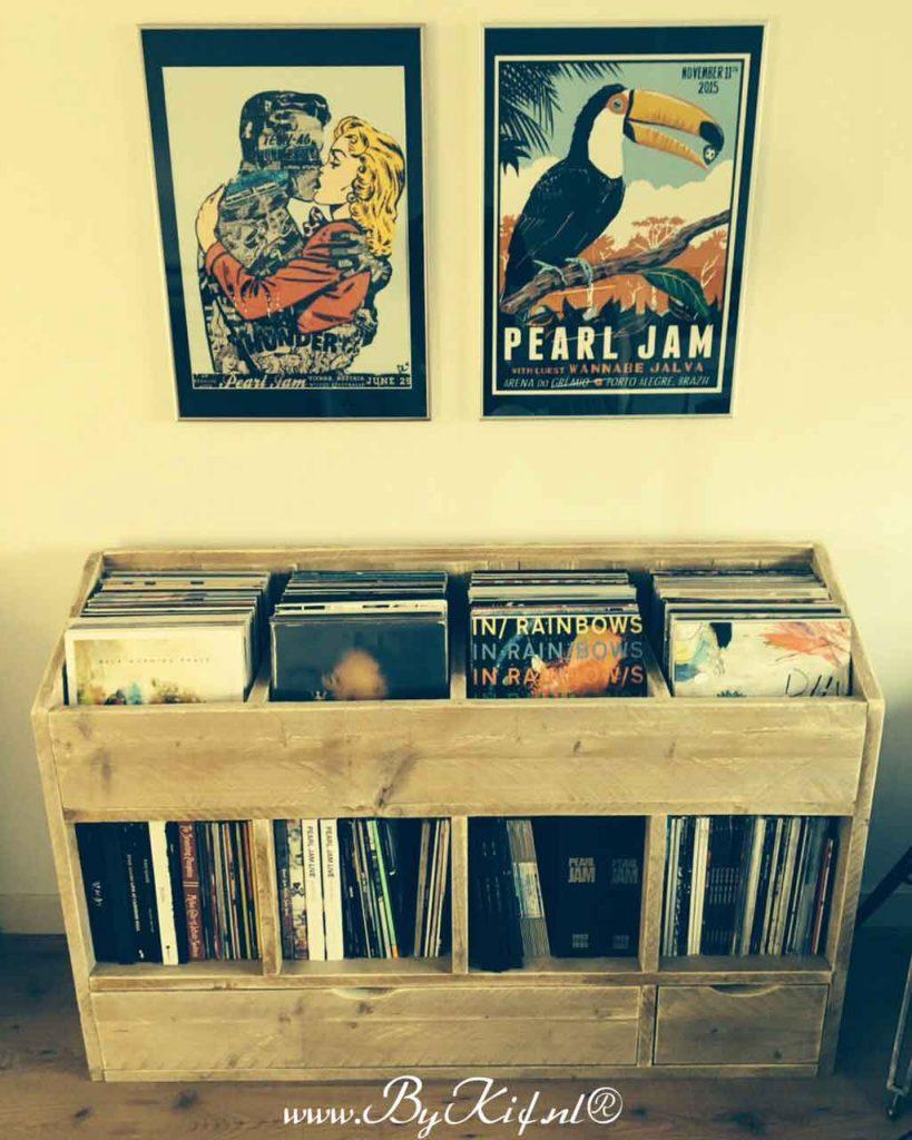 Kast-van-steigerhout-voor-albums