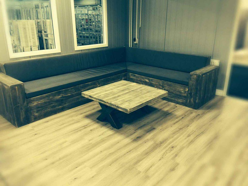 Loungebank van steigerhout met robuuste industiele tafel