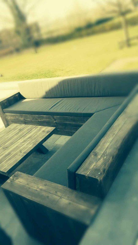 Loungebank van steigerhout met tafel van steigerhout