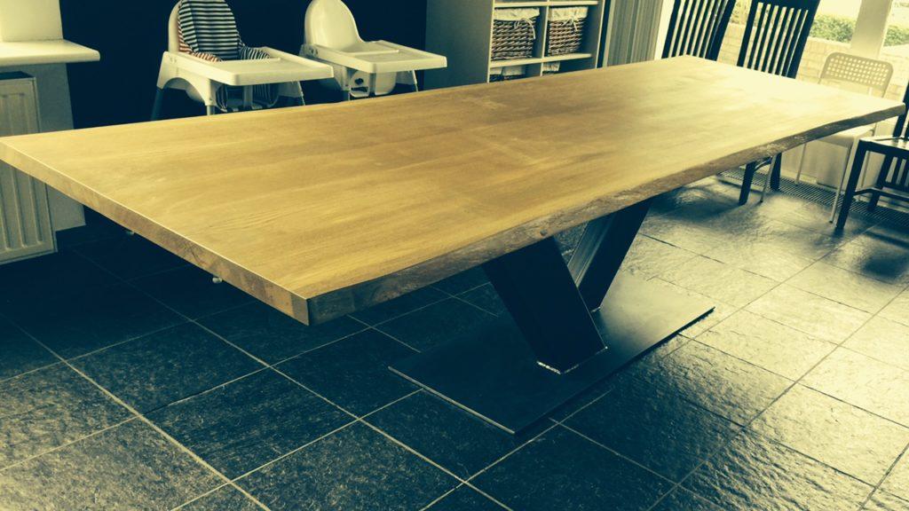 Robuuste industriele tafel met boomstamblad