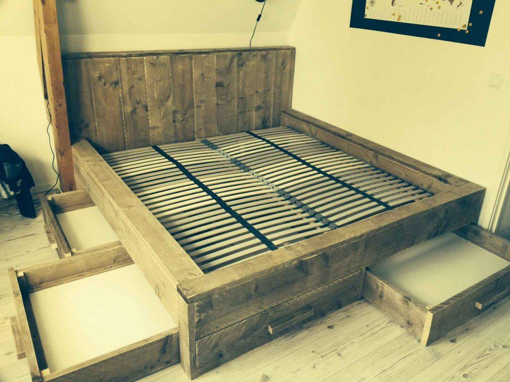 Tweepersoonsbed-van-steigerhout-met-meerdere-onderschuifladen