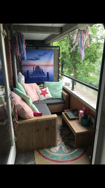 bank van steigerhout op balkon