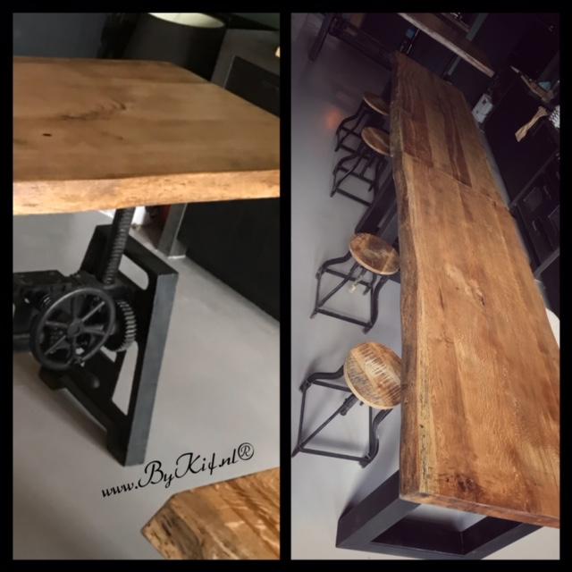 lange tafel met boomstamblad