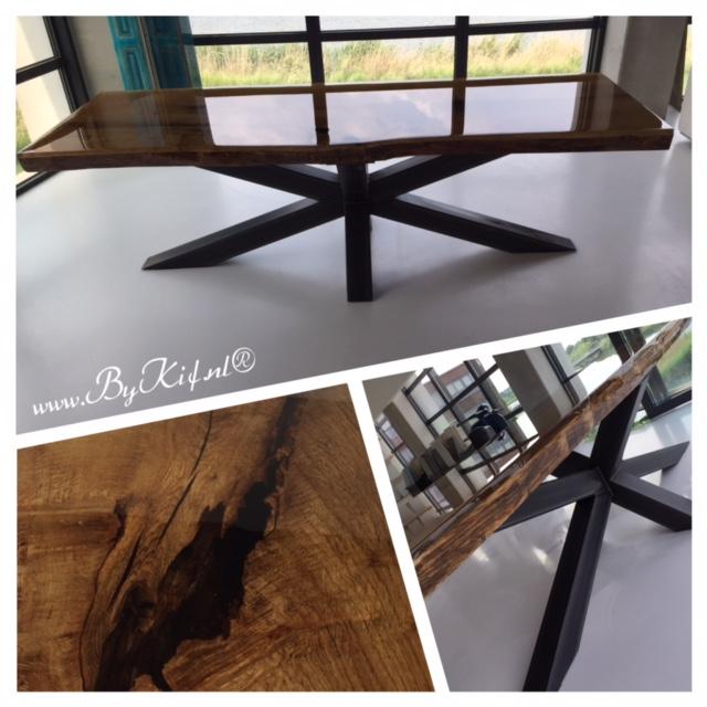 eiken boomstam tafel met supervet stalen frame volledig in de epoxy
